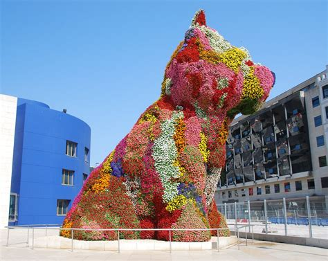 Guard puppy | Guggenheim on the left, Jeff Koons' Puppy (a